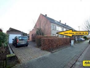 Half open bebouwing met een bew. opp. van 195m² met 5slpkrs, terras, tuin en garage. Inkomhal van 5m² met mooie houten trap. Bureau ruimte v