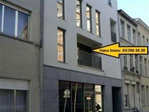 Goed gelegen studio van 40m² met balkon. Indeling: Woonruimte van 30m² op tegels met open keuken voorzien van dampkap, ingebouwde oven, koel