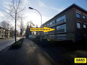 Instapklaar appartement met een bew. opp. van 80m² met 2 slaapkamers en balkon op de 1ste verdieping van een gebouw van 2 hoog. Indeling: Inkomha