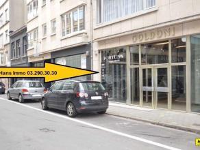 RENDEMENT VAN 10%!!! Topligging!!! Handelsgelijkvloers van 30m² (voormalig schoenwinkel) te koop met aparte bergruimte. Dit handelspand (duplex)