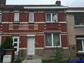 Huis 2 slaapkamers (3) met een grote woonkamer en een mooie tuin. SAMENSTELLING: RDC / Hall (1,5 x 4,2 m); Woonkamer (7 x 4.7m); Keuken (3,1 x 3,2 m);