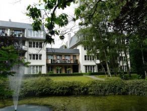 Luxe gelijkvloers appartement, gelegen in een heel residentiële omgeving en toch dichtbij centrum. Het appartement is ingericht met een gemeensch