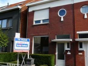 Mooi gerenoveerde en rustig gelegen woning nabij het centrum van Kapellen. De woning omvat een inkomhal met trap naar eerste, ruime en lichte living (