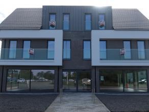 Dit gloednieuwe appartement is zeer centraal gelegen nabij het centrum van Hoevenen en bestaat uit : een zonnige living met volledig ingerichte keuken