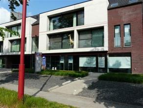 Dit centraal gelegen NIEUWBOUWAPPARTEMENT is gelegen op de eerste verdieping, heeft een ruim TERRAS (40m²), 3 slaapkamers, 2 ondergrondse PARKEER
