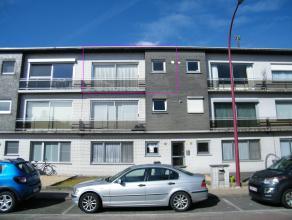 Dit appartement is gelegen in een rustige straat en toch vlakbij het centrum van Hoevenen. Het bestaat uit een inkomhal , een ruime living , een open