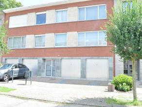 Dit ruime appartement op de 1ste verdieping, gelegen in een rustige woonwijk nabij het centrum van Kapellen bestaat uit: een ruime inkomhal met apart