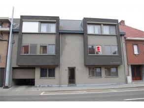 Centraal gelegen appartement op de 1stre verdieping. Voorzien van lift. Het appartement omvat een inkomhal, berging, gastentoilet, leefkamer met open