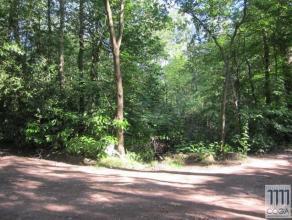 In een bosrijke en zeer rustige omgeving vind u deze recreatiegrond met een oppervlakte van 2.310m², voor het bouwen van een weekendhuis, waar u
