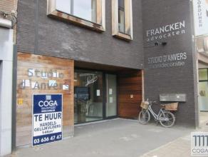 Dit recent handelsgelijkvloers (120m²) heeft een centrale en commercieële ligging aan de Kapelsesteenweg, op de grens tussen Ekeren, Brassch
