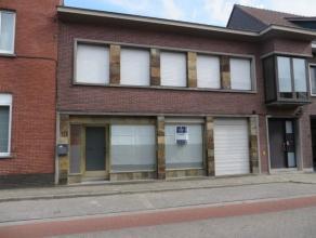 Deze kantoor-/handelsruimte is commercieel gelegen in het centrum van Wuustwezel. Het handelspand heeft een oppervlakte van 32m² (4m x 8m) en bes