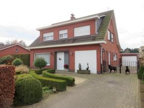 Dit verzorgd landhuis, op 1.372m², is gelegen nabij het centrum van Sint-Lenaarts. De woning is goed onderhouden en ingedeeld als volgt: een inko