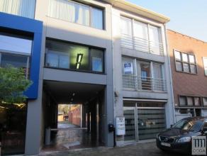 Appartement op de 1e verdieping met lift, in het centrum van Kapellen, op 100m van Promenade en station. Ingedeeld als volgt: inkom met vestiairekast,
