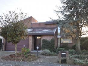 Moderne woning gelegen in één van de betere straten van de Elsdonkwijk  ontworpen in 1980 door de befaamde architecten Posson & Donc