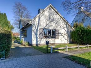 Prima gelegen villa op een mooi perceel van ca 950m² grond met mooie W-orïëntatie. De woonst beschikt over een aangename leef- en eetru