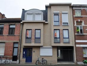 Uiterst aangenaam en volledig instapklaar appartement gelegen nabij Grote Steenweg grenzend aan Wilrijk en Berchem. Ca 125 m² bew. opp.op eerste