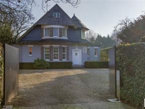 Deze recent gerenoveerde cottage villa kent een uitzonderlijke ligging op 2500m² grond in een doodlopende straat nabij het centrum van Edegem. On