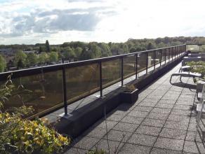 Centraal gelegen (grens Edegem, Mortsel, Wilrijk) uniek dakappartement (verd.6) met groot terras en weids zicht over de verschillende gemeentes. Riant