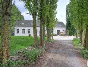 Deze exlusieve eigendom kent een uitzonderlijke ligging op een uitgestrekt domein van ca 1 ha en is gelegen nabij de Antwerpsesteenweg, in een residen