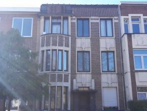 Residentieel gelegen opbrengsteigendom bestaande uit drie appartementen telkens met twee slaapkamers, badkamer en keuken. Gelijkvloersappartement heef