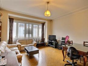 Située au coeur du quartier de Joli-Bois à Waterloo, cette grande maison est composée d'un triplex de 3 chambres et un restaurant