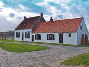 Op dit mooi perceel grond van maar liefst 2,5 ha (25 136 m²) staat een authentieke hofstede uit 1850 met ernaast diverse grote stallingen. Het do