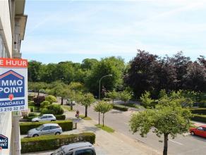 2DE VERDIEPING Inkomhal op parket met ingebouwde vestiairekast. Leefruimte 35m² op parket. Aanpalend zuid georiënteerd terras 6m² met z