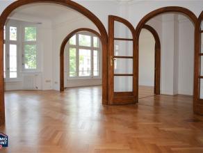 1STE VERDIEPING Inkomhal 10 m² op parket met aparte bergkast. Zeer ruime en lichte leefruimte 40 m² op parket. Eetkamer 16 m² op parket