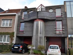 Inkomhal ca. 2,5 m² - met draaitrap Eerste verdieping Keuken ca. 15 m² - grijze tegelvloer - witte kasten - geïnstalleerd met vaatwasse