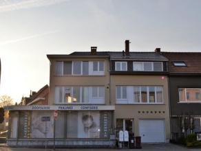 Inkomhal ca. 5 m² - donkergrijze tegelvloer - ingemaakte kastLiving ca. 24 m² - donkergrijze tegelvloerKeuken ca. 6 m² - donkergrijze t