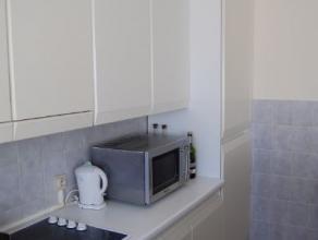 Rustig gelegen appartement met 2 slaapkamers op het gelijkvloers.  De living , op laminaat geeft uit op de open keuken waar naast de ijskast ook een d