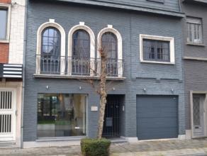Deze herenwoning gelegen in het centrum van Kortrijk bestaande uit:Gelijkvloers: bureelruimte van +- 50m² met aparte zithoek/slaapkamer, toilet e