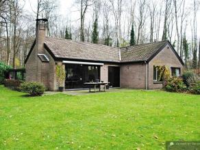 Rustig gelegen landhuis op ruim perceel (2471 m²) met bosrijkkarakter en aanpalend natuurgebied De woning omvat een ruime woonkamer met veel lich