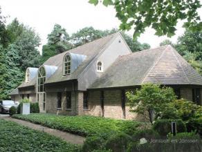 Ruime villa met 6 slaapkamers op 2.200 m² zeer rustige locatie in Kalmthout. Indeling: gelijkvloers: slaapkamer, badkamer, berging, tv kamer, keu