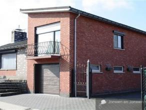 Vrijstaande bungalowwoning met 3 tot 5  slaapkamers, 1  inpandige garage/praktijkruimte en een 2de externe, ruime en hoge garage (54m²). Gelegen