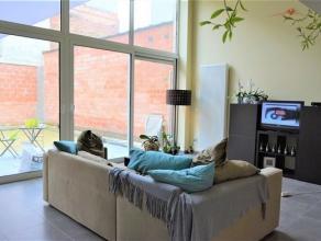 Dit ruim en volledig vernieuwd luxeappartement van 95 m² geeft een heel open gevoel dankzij haar hoge ramen die uitkijken op de grote tuin. Het i