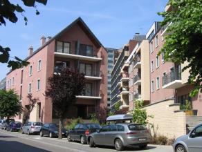 ''Av d'Hyon 49/25Hall, séjour avec terrasse, cuis. éq, buanderie, WC, SDB + douche, 2 ch. Garage. Chauff. élec. à accumula