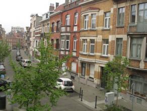 Situé sur l'Avenue Molière, dans une magnifique maison de Maître, ce bel appartement lumineux se compose d'un beau séjour e