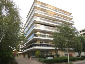 Goedgelegen & lichtrijk hoekappartement op de eerste verdieping met o.a. 2 slaapkamers, een lang terras, een kelder en een garagebox!<br /> <br />