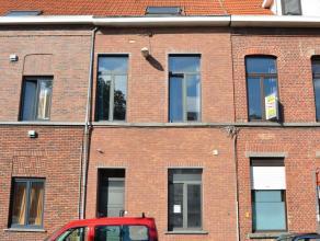 Deze woning is gekend als studentenwoning en heeft 5 aparte ruime kamers die elk apart verhuurd kunnen worden. Elke kamer baadt in het licht en heeft