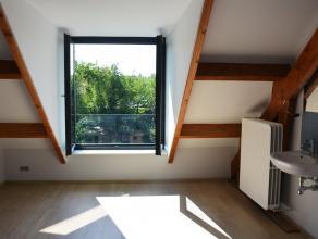 In dit kleinschalig gebouw is er nog 1 kamer met gemeenschappelijk sanitair beschikbaar. Hij werd volledig gerenoveerd en is basis bemeubeld. Bovenop