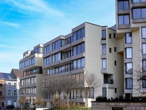 Dit centraal gelegen appartement ligt op wandelafstand van het station van Leuven, de winkelstraten en het Ladeuzeplein. Dankzij de grote ramen valt e