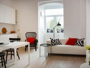 In een klassieke herenwoning treft u dit charmante appartement met 1 slaapkamer aan. Bij het binnenkomen betreedt u de lichte leefruimte met open keuk