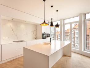 Achter de charmante gevel van een statig hoekgebouw te Leuven centrum bevindt zich dit schitterende appartement. Bij het binnenkomen in de hal valt on