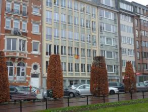 Centrum Stad instapklaar gerenoveerd appartement op 5e verd. met schitterend uitzicht op Ladeuzeplein. <br /> Inkomhal, wc, living met parket bevloeri