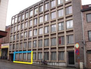Gelegen op wandelafstand van het centrum, nabij UZ Gasthuisberg, treft u dit gelijkvloersappartement met 2 ruime kamers, ca. 80m², en privatieve