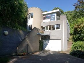 Moderne, achteringelegen woning met prachtig zicht, omgeven door een groene gordel.  Bij het ontwerp van de woning werd veel aandacht besteed aan de z