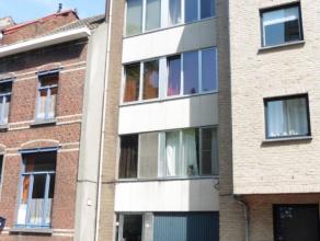 Deze studio op de eerste verdieping bevindt zich aan de achterzijde van een kleiner gebouw en beschikt over een ruim terras.<br /> Het geheel meet ca.