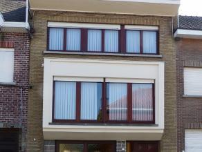 Bel-etage stadswoning met tuin, gelegen in het centrum van Ninove. Deze woning omvat: - op het gelijkvloers: inkomhall, ruime garage met extra opbergr