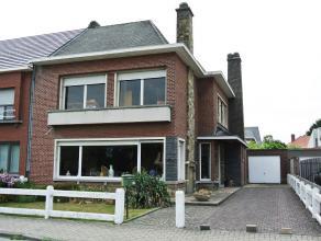 --- OPTIE --- Goed gelegen stadswoning (H.O.B.) met gezellige tuin en afzonderlijke garage, op 4a 06ca. Indeling: kelders (volledig onderkelderd); gel